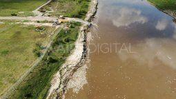 Miles de sábalos, dorados, moncholos y tarariras, entre otras especies, flotan muertos sobre el río a la altura de la autopista Santa Fe - Rosario. Los especialistas advierten que este fenómeno se da principalmente por la falta de oxígeno en el agua.