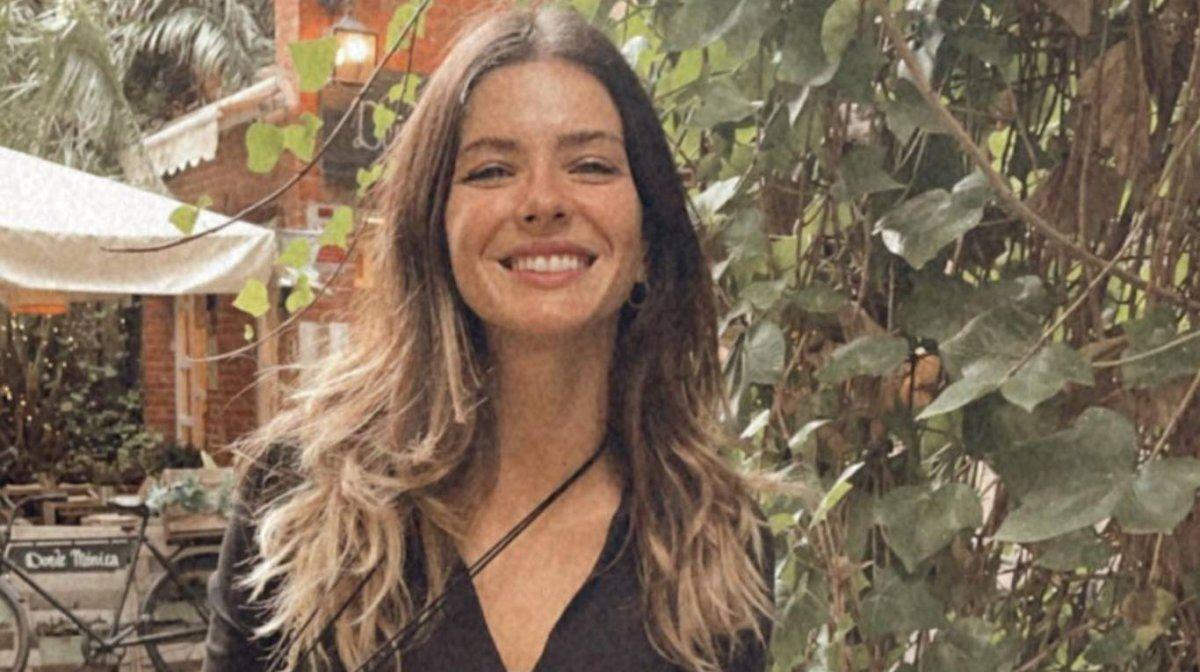 La China Suárez aterrizó en Madrid junto a sus hijos.