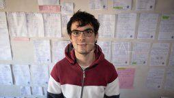 Pablo Chehade tiene 20 años y obtuvo una beca en el Balseiro. Para él, la clave de su logro está en el apoyo de su familia y las horas de estudio que le dedica a lo que le apasiona, la matemática y la física.