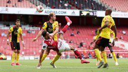 Pierre Emerick Aubameyang anota de espaldas su segundo gol en la victoria 3-2 del Arsenal sobre el Watford de Roberto Tucu Pereyra y Nacho Pussetto.