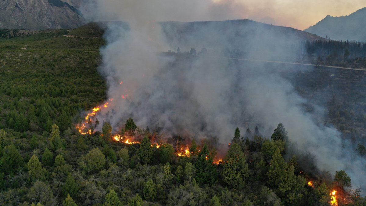 Así se desplazan las llamas este lunes en Cuesta del Ternero.