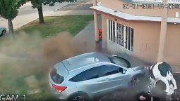 El accidente se registró en la ciudad santafesina de Teodelina, cuando una camioneta se despistó, se subió a la vereda y se incrustó en la entrada de una carnicería.