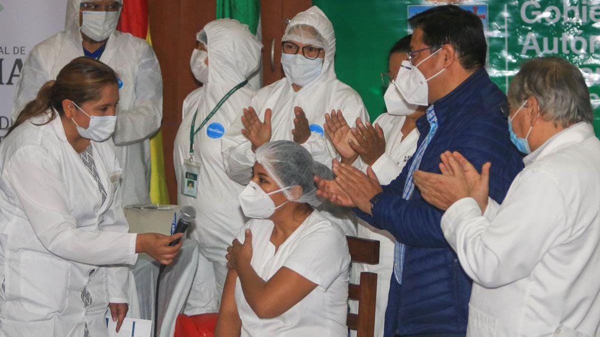 Bolivia comenzó vacunando al personal de la salud. Este jueves comienza el turno del resto de los ciudadanos.