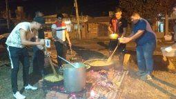 """El comedor """"Hoy por ellos"""" comenzó a funcionar hace seis meses en barrio San Lorenzo, la iniciativa que nació de un grupo de amigos que buscaba llevar alivio a los más necesitados en el barrio."""