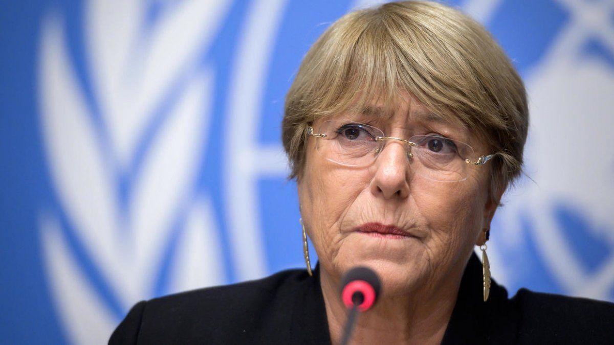Bachelet tambiénreclamó el restablecimiento completo en la isla de los servicios de Internet y las redes sociales.