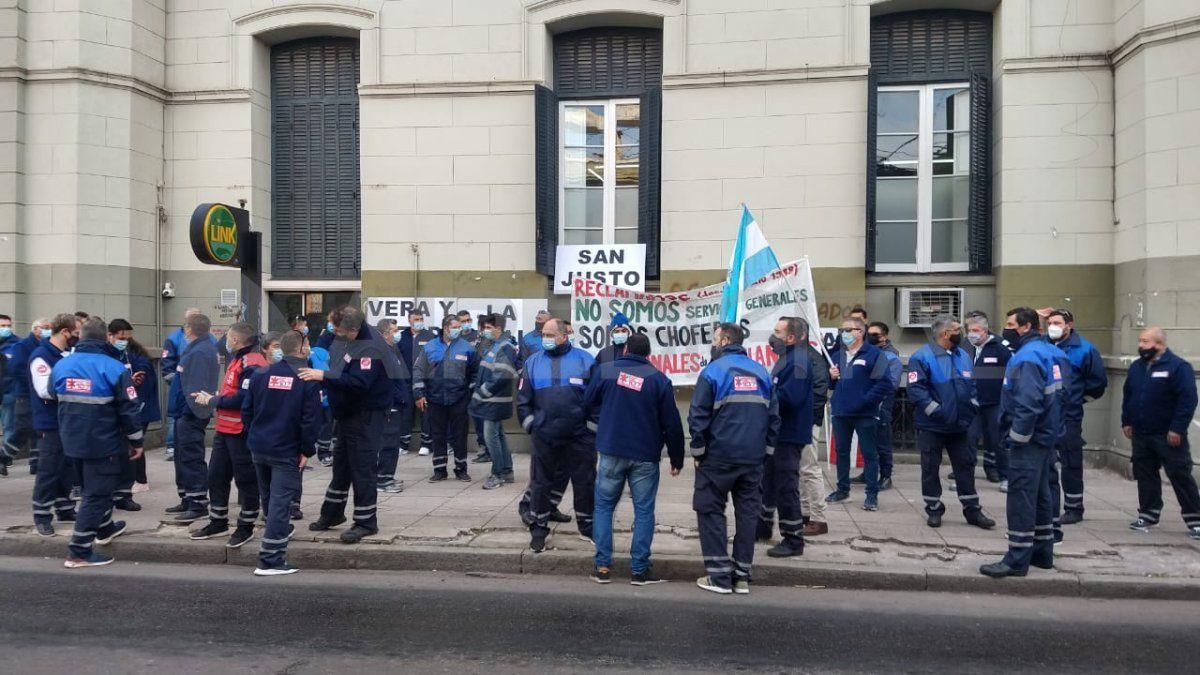 Los choferes del 107 se concentraro frente al ministerio de Salud y luego marcharon hasta Casa de Gobierno