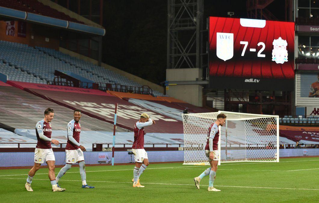 Histórico. El marcador que muestra el 7-2 que le marcó el Aston Villa al Liverpool por la Premier League.