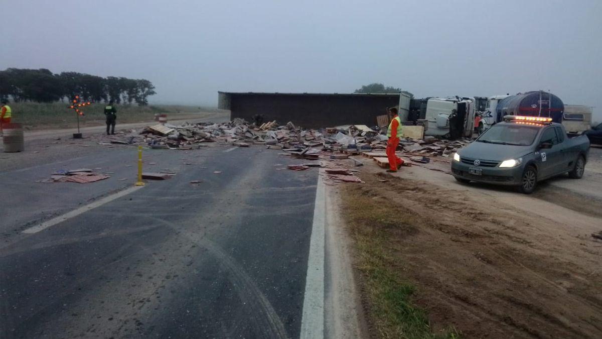 Un camión semirremolque volcó en Ruta Nacional 34.