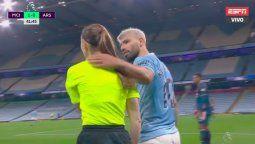 El Kun Agüero protagonizó una acción polémica cuando sujetó con su mano izquierda en la nuca a la jueza de línea Sian Massey por marcar un lateral a favor del Arsenal.