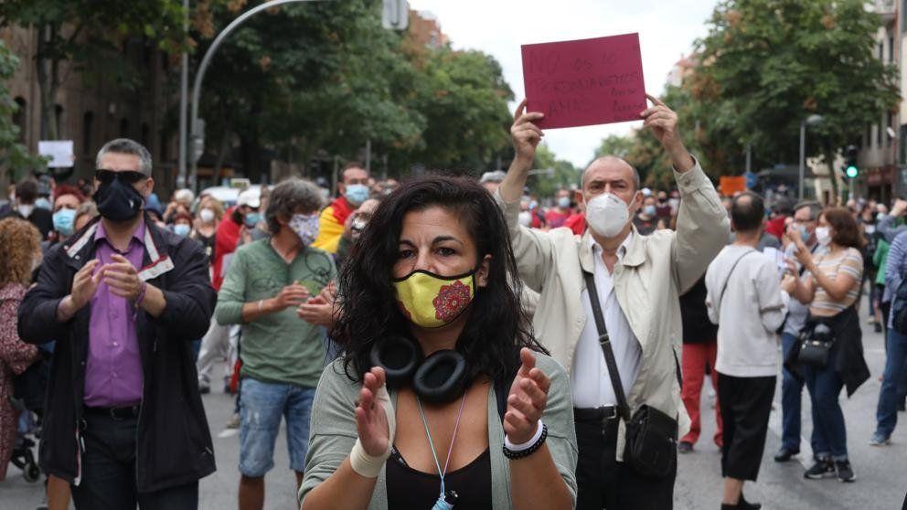 A pocas horas de que entren en vigor las restricciones a la movilidad miles de madrileños realizaron este domingo una docena de movilizaciones contra las medidas ineficaces y discriminatorias.