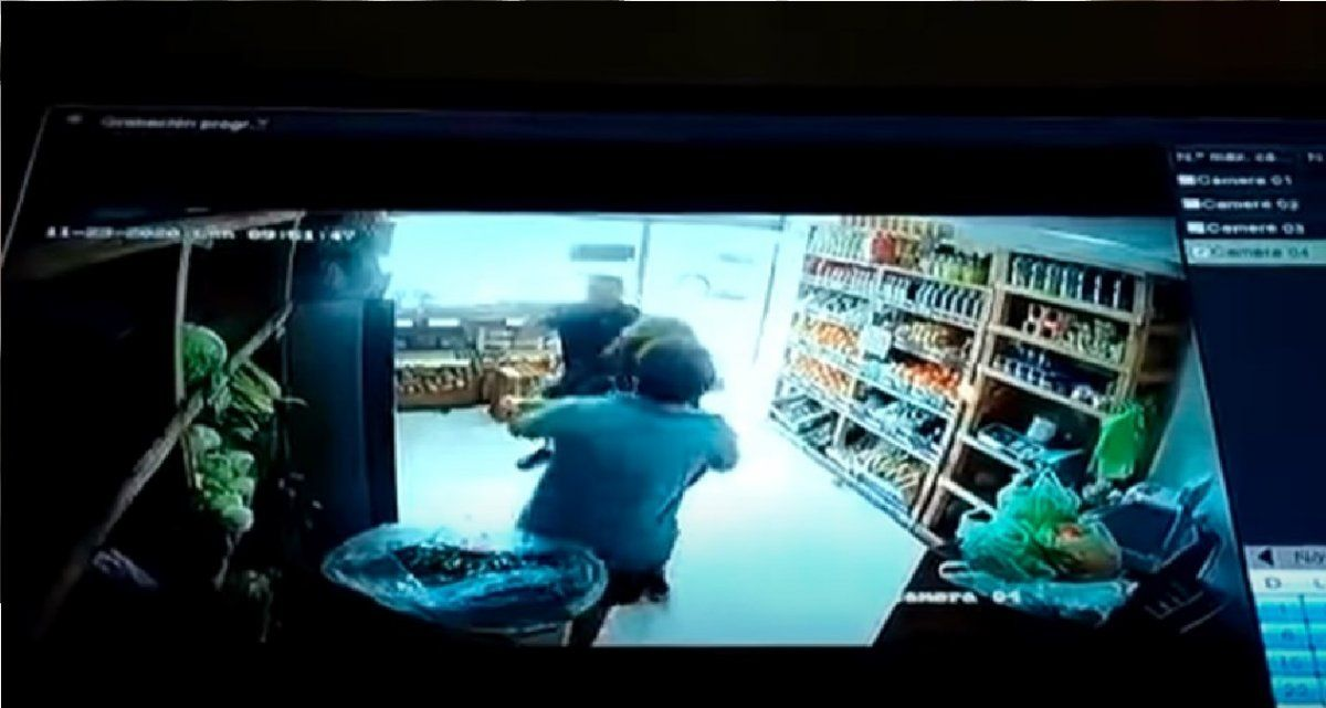 Video: un hombre golpeó brutalmente a una verdulera porque no le gustó la mercadería que le vendió
