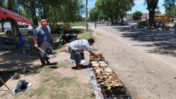 Desde temprano los integrantes del Movimiento Popular la Dignidad se instalaron en Teniente Loza y 12 de Octubre con una gran parrilla y los 400 pollos que en esa estructura se cocinaron para distribuir.