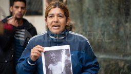A un mes del femicidio de Marcela Maydana en Recreo, su hermana, Natalia Espíndola, se manifestó junto con otros familiares y amigos en la puerta de Tribunales.
