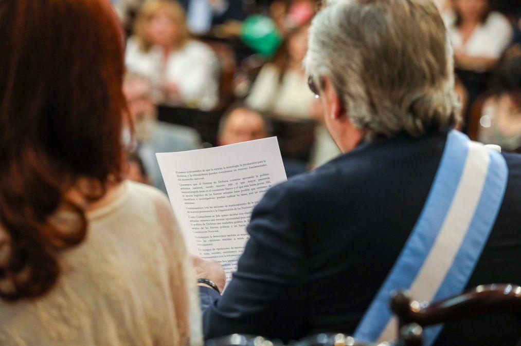 En su asunción y bajo la atenta mirada de Cristina Fernández