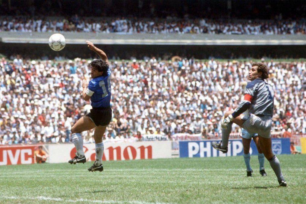 Diego Maradona rememoró el Gol del Siglo ante Inglaterra para una campaña de concientización para afrontar la pandemia.