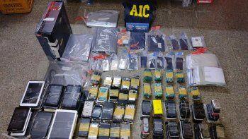 """El miércoles pasado la AIC secuestró 449 teléfonos,26 box o máquinas de """"flasheo"""", 7 notebook y 3 pen drive."""