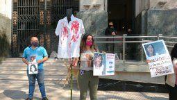 Mientras se desarrollaba la jornada de alegatos de clausura, familiares, amigos y compañeros de Vanesa se manifestaron frente a Tribunales para pedir justicia por elcrimen.