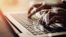 Los delincuentes aprovechan las redes sociales para contactarse con su víctima. Buscan los reclamos o comentarios de los usuarios en los perfiles oficiales de las entidades para luego contactarse por privado.