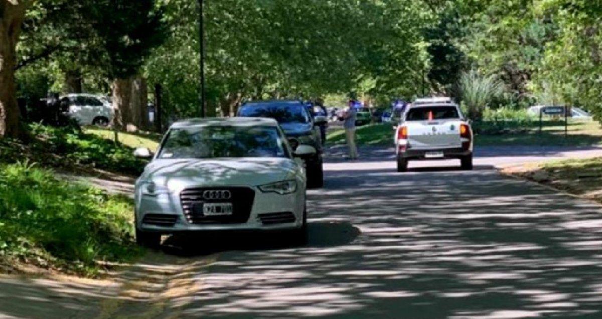 La calle donde se ubica la casa de la familia Neuss minutos después del hecho: en el fondo, los patrulleros de la Bonaerense.