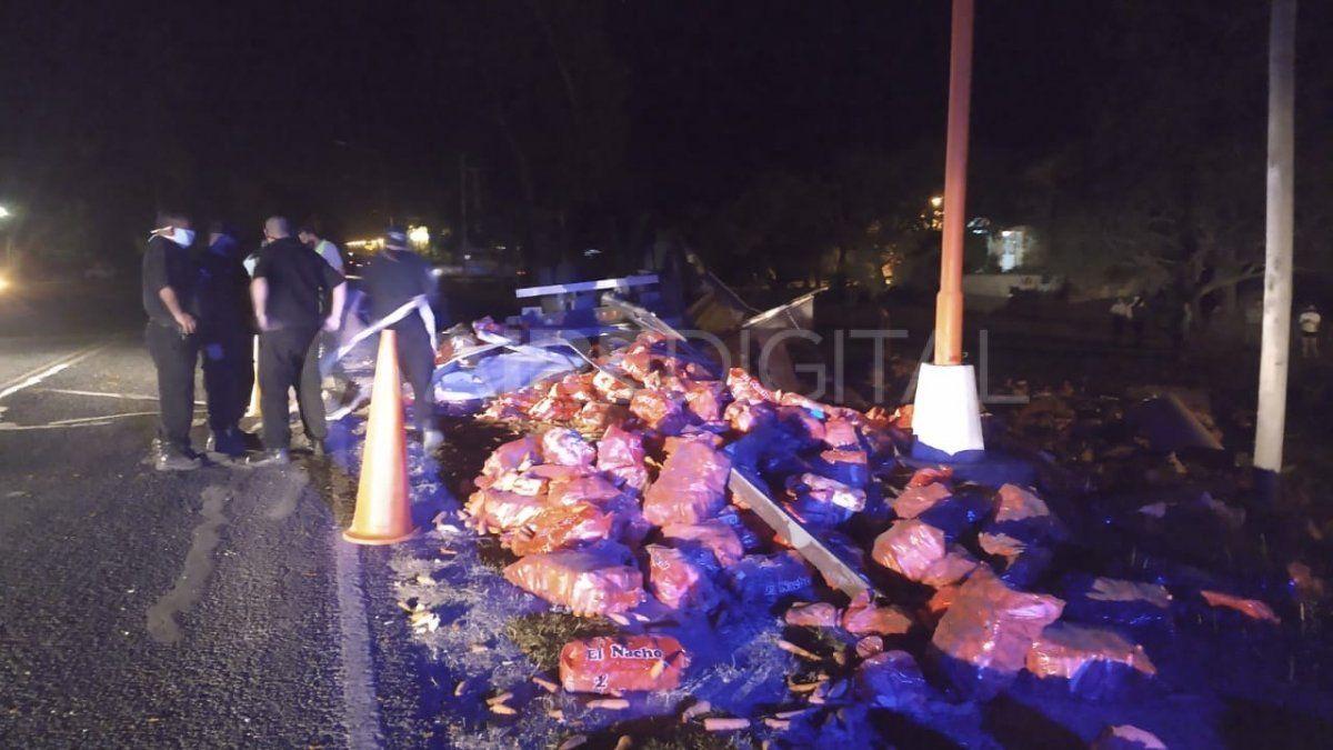 Arroyo Leyes: un camión volcó, embistió a una pareja en la banquina y un joven murió