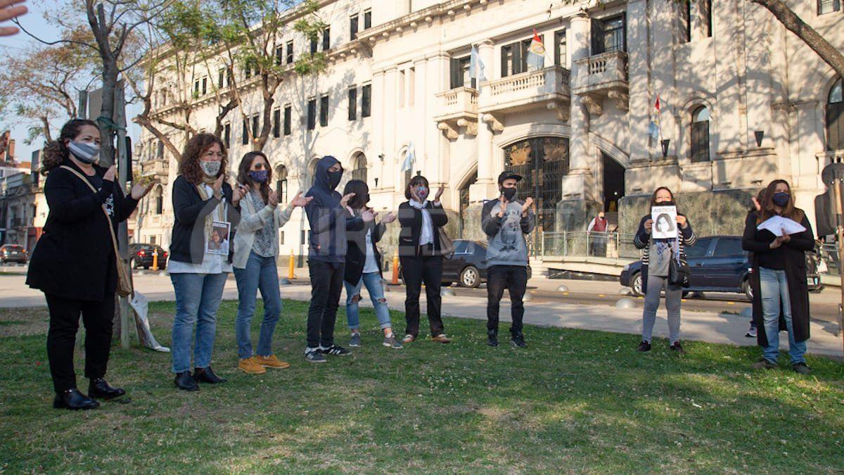 Caso Vanesa Castillo: realizaron un abrazo simbólico frente a Tribunales