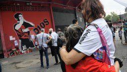 Hay noticias que no queremos que lleguen nunca. Incluso, cuando llegan, no queremos aceptarlas. La muerte de Diego Maradona arrasó con todo. A lo largo y ancho del país, miles de personas despiden al máximo ídolo de toda su historia en diferentes ciudades y Rosario no es la excepción.