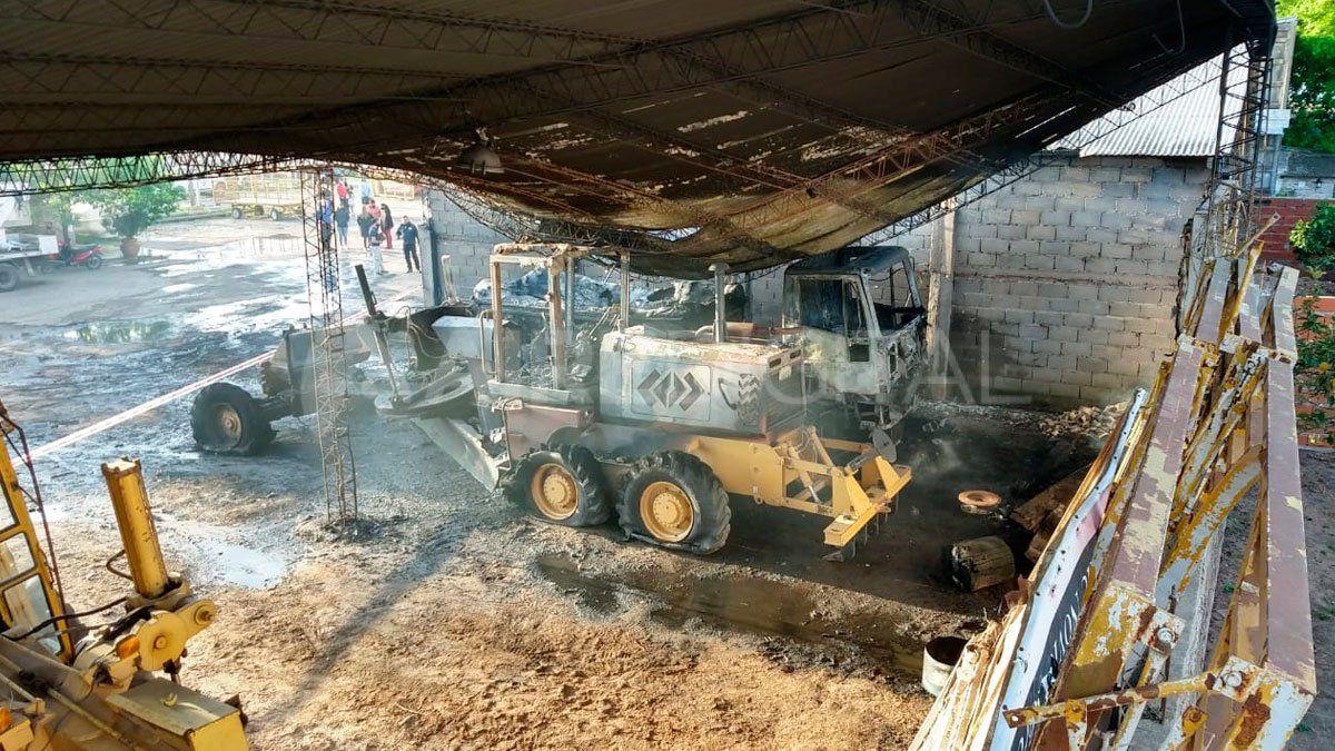 Por la combustión una motoniveladora y un camión regador quedaron completamente destruídos.