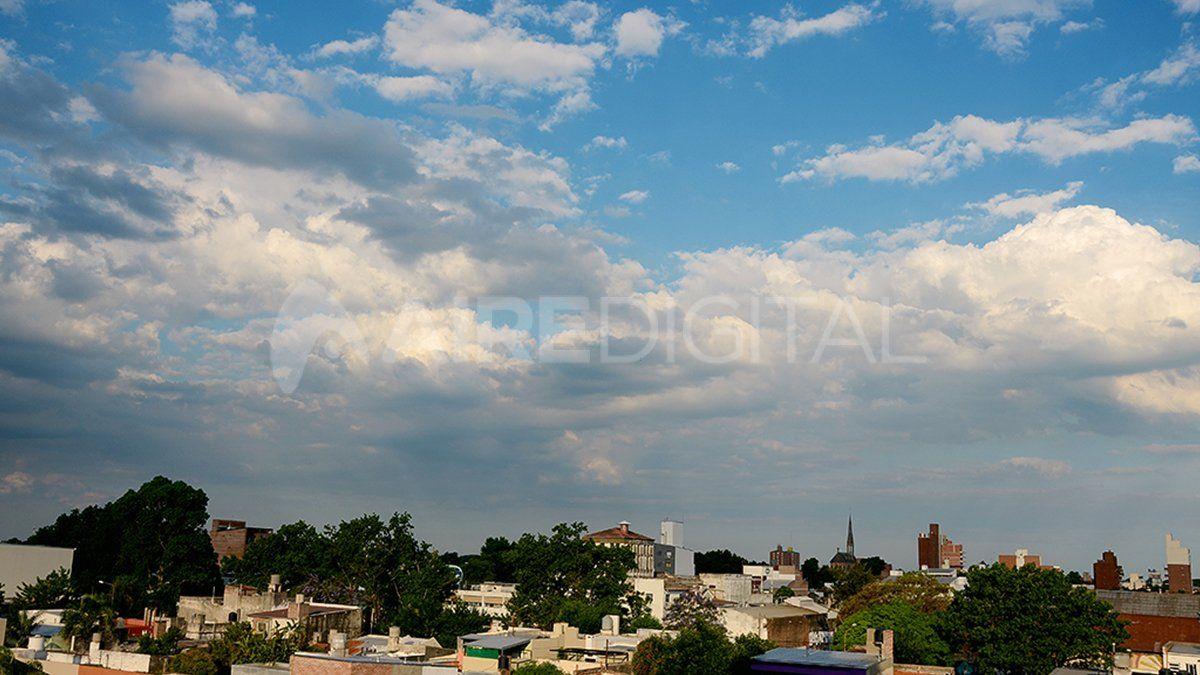 La ciudad de Santa Fe con cielo nublado.