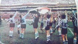 Las futbolistas argentinas celebran el pase a semifinales del Mundial de 1971, tras golear a Inglaterra por 4 a 1. Por este partido, se celebra el día de la futbolista el 21 de agosto.