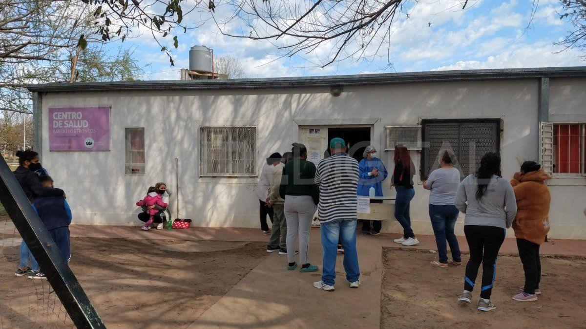 Centro de salud de barrio Los Troncos: una heladera llena de vacunas debe ser desechada por falta de frío a raíz del robo de cables.