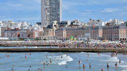 La ciudad de Mar Del Plata recibió 381.092 turistas en la primera quincena de este verano, frente a los 642.128 del año pasado en el mismo período de tiempo.