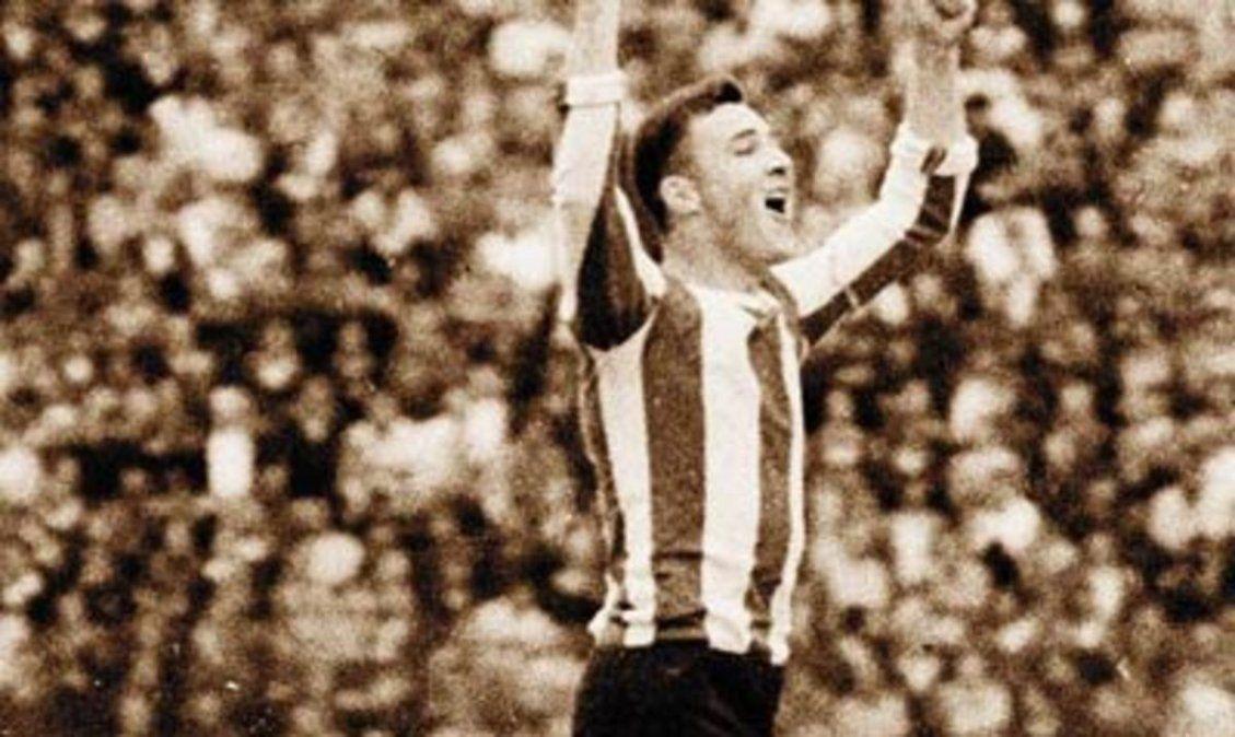 Nestor Scotta festeja en el Estadio Brigadier López