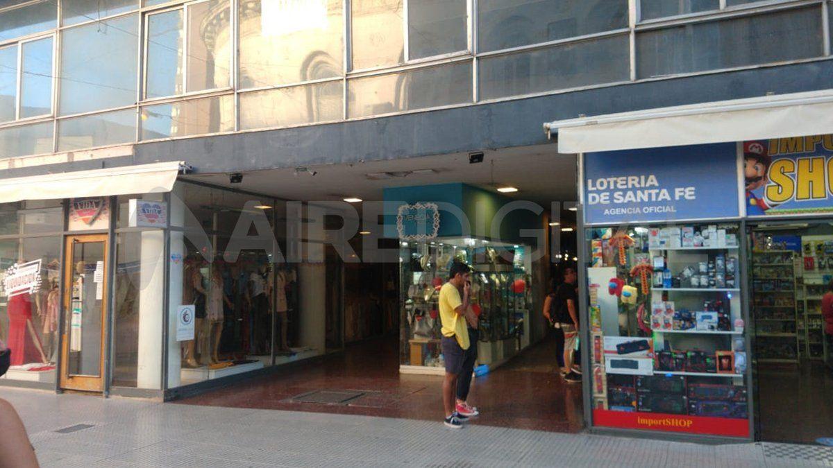 La osadía de un delincuente que robó en un local comercial ubicado en la peatonal San Martín de la ciudad de Santa Fe quedó registrada en filmaciones de las cámaras de seguridad.