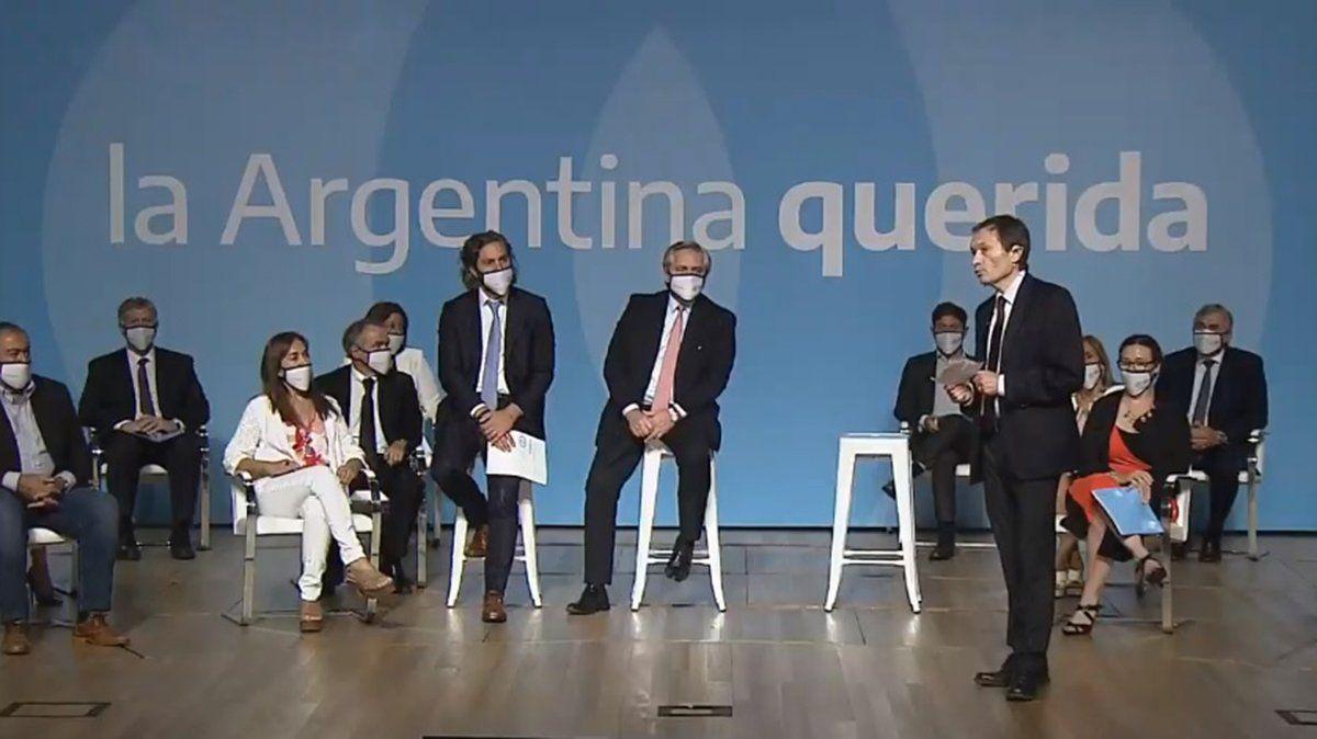 El mandatario presenta la iniciativa acompañado de Gustavo Beliz