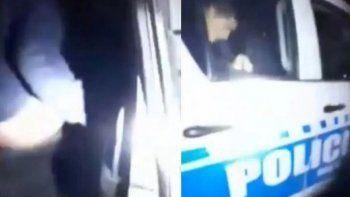 La cartera de seguridad informó que en ese video se observa un móvil policial perteneciente al parque automotor de División 911 de la localidad con agentes y una joven de 16 años adentro.