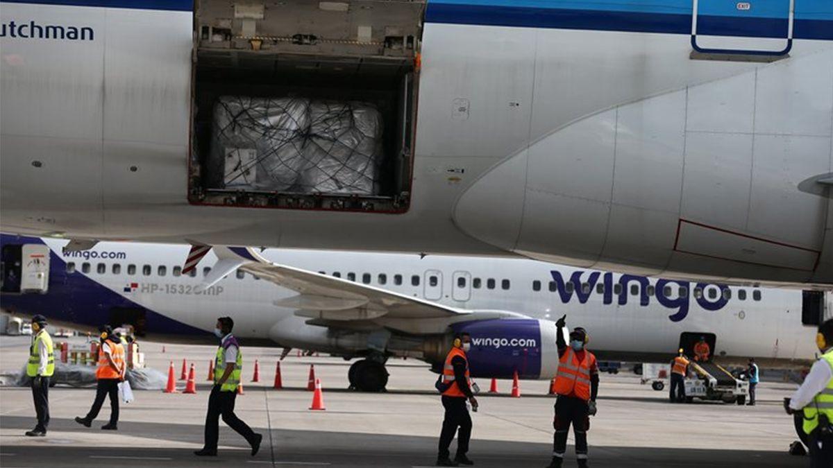 Un cargamento con las primeras vacunas de la farmacéutica Pfizer llega al Aeropuerto Internacional Mariscal Sucre