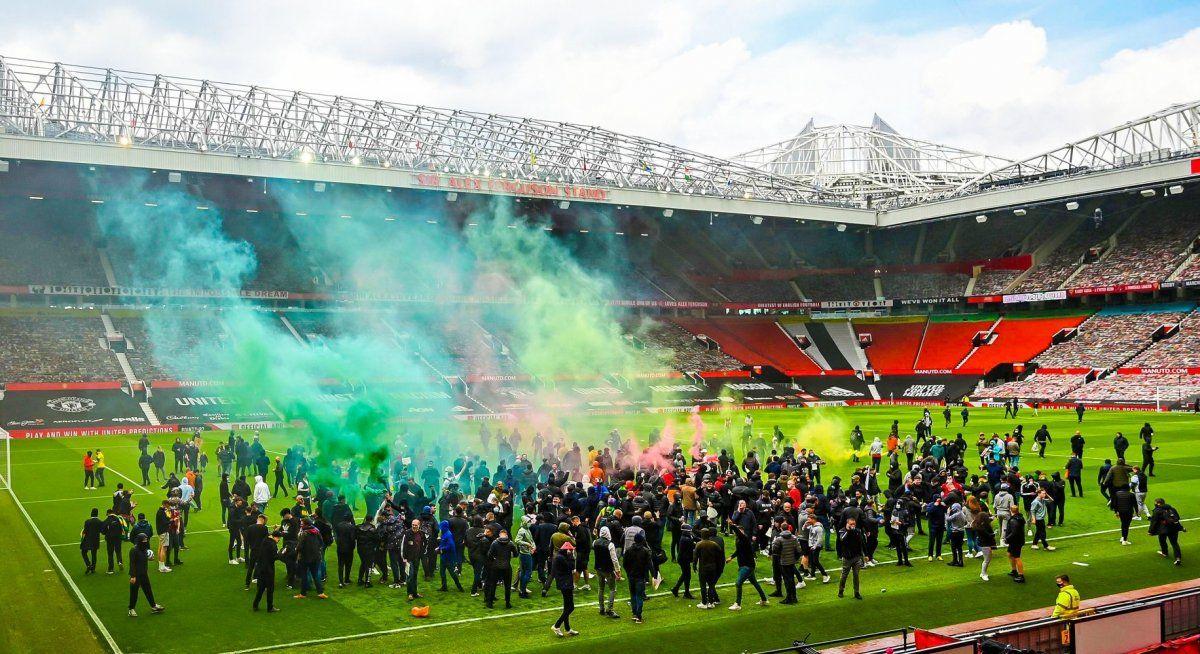 Hinchas del Manchester United invadieron Old Trafford y el encuentro ante Liverpool por la Premier League debió ser postergado.
