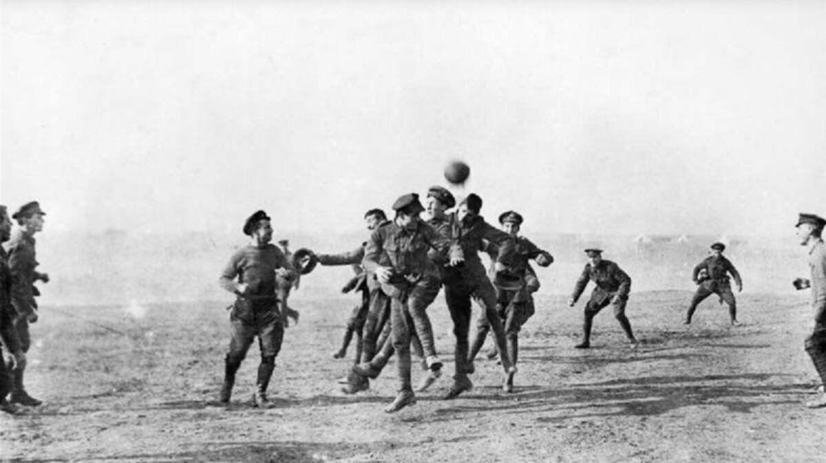 Un partido de fútbol en la Navidad de 1914 paró la Primera Guerra Mundial. Los soldados salieron de sus trincheras y se pusieron a jugar.
