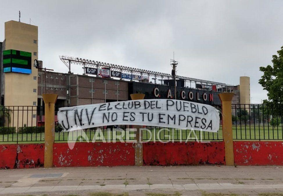 Colón amaneció con pasacalles colgados contra su presidente y jugadores