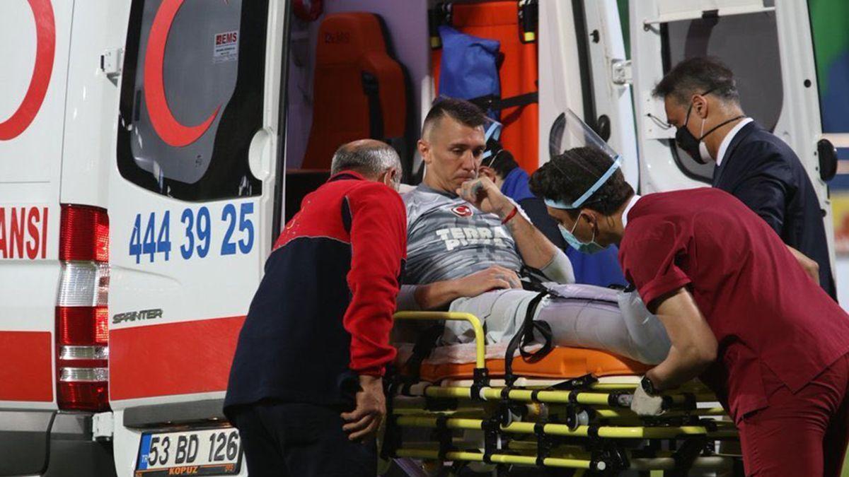 El arquero uruguayo sufrió la fractura de tibi y peroné durante un partido de la liga turca.