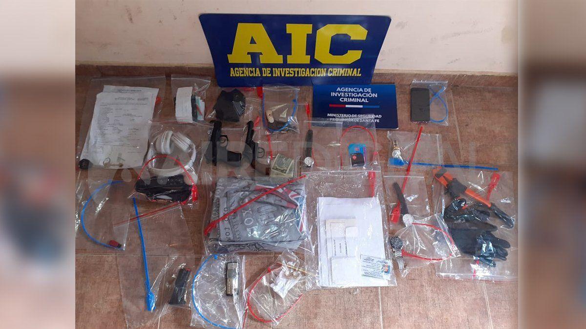Parte de los elementos que los investigadores secuestraron en los allanamientos.