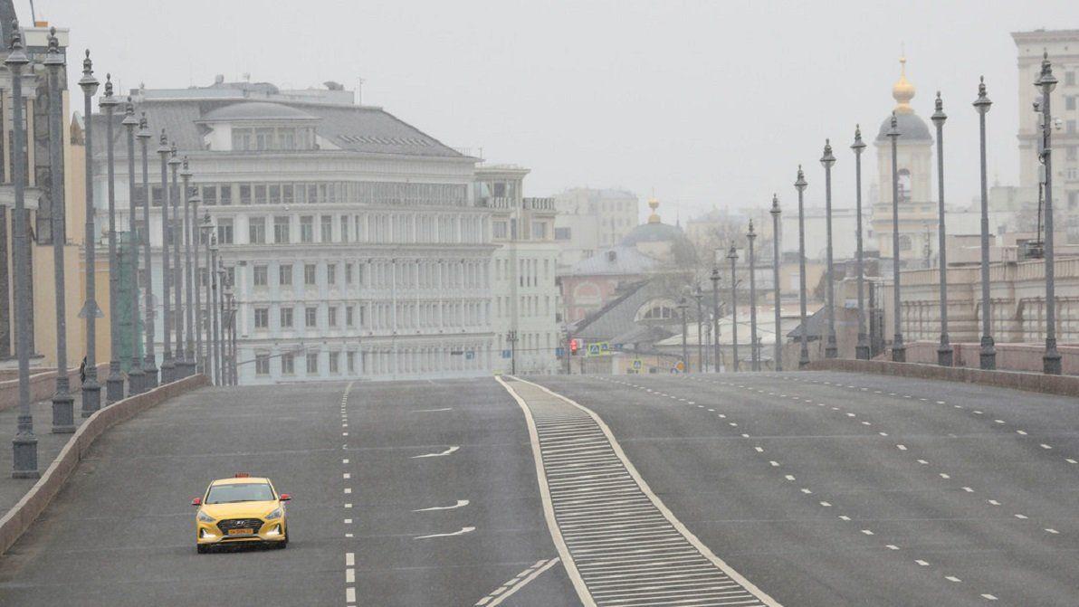 Un automóvil circula por un puente sobre el río Moscova en el centro de Moscú