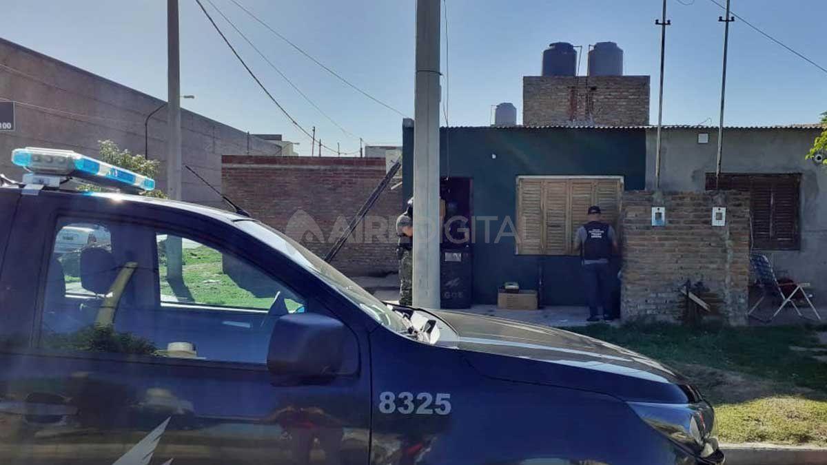 Agentes de la Brigada Antinarcóticos de la AIC realizaron un allanamiento en calle 25 de Mayo y Azcuénaga.