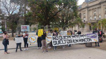 Familiares de las supuestas víctimas e integrantes de los Pañuelos Amarillos se manifestaron frente a los Tribunales de Santa Fe.