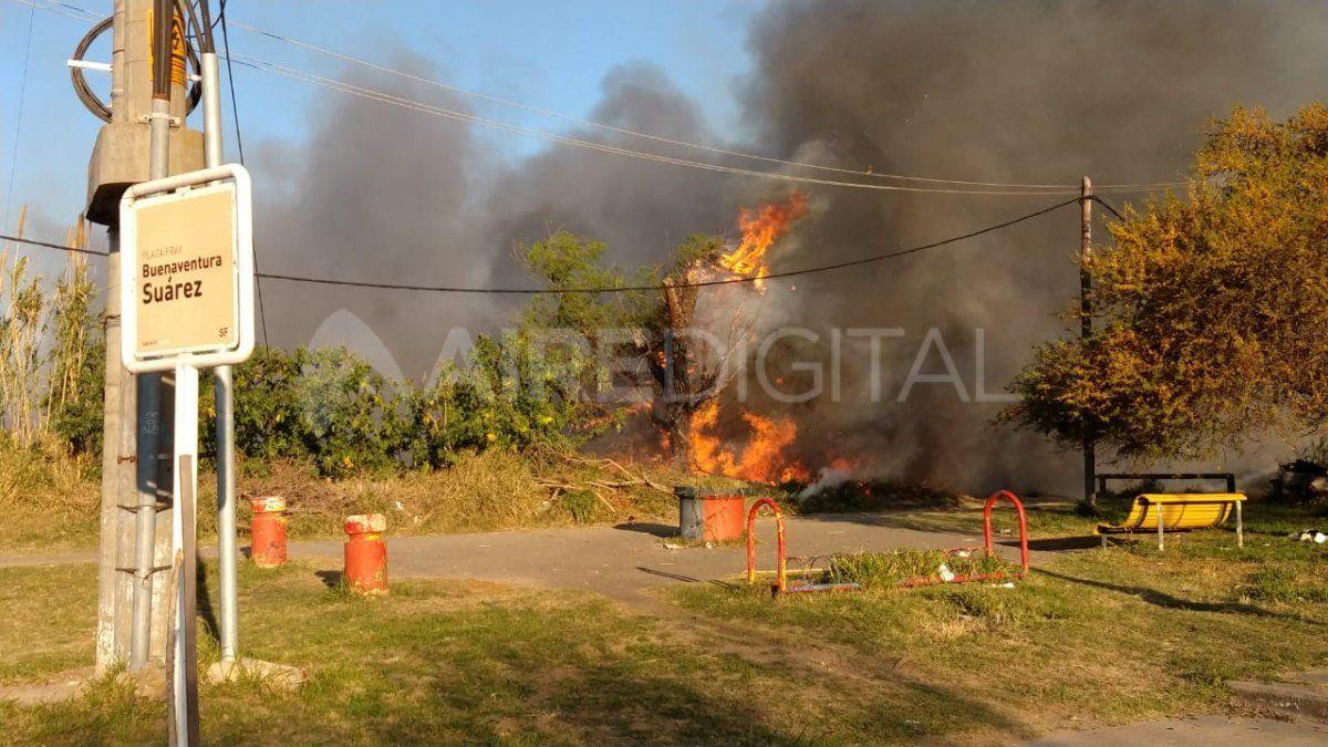 Las llamas se propagaron en cercanías de la plaza Buenaventura Suárez.