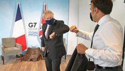 El primer ministro británico, Boris Johnson, y el presidente francés, Emmanuel Macron, se saludan con el codo en una reunión bilateral durante la cumbre del G7 en Carbis Bay, Cornualles, Reino Unido, el 12 de junio de 2021. Stefan Rousseau / Pool vía REUTERS