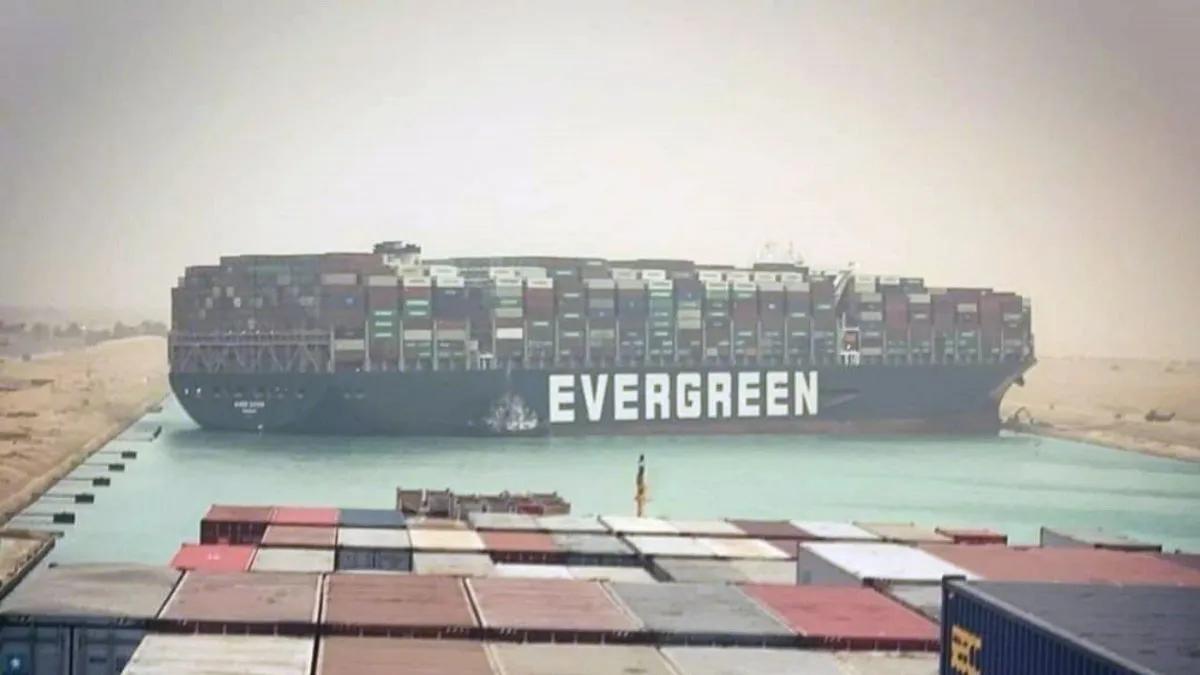 Los ingenieros habían logrado desencallar la popa del barco en las primeras horas de este lunes.