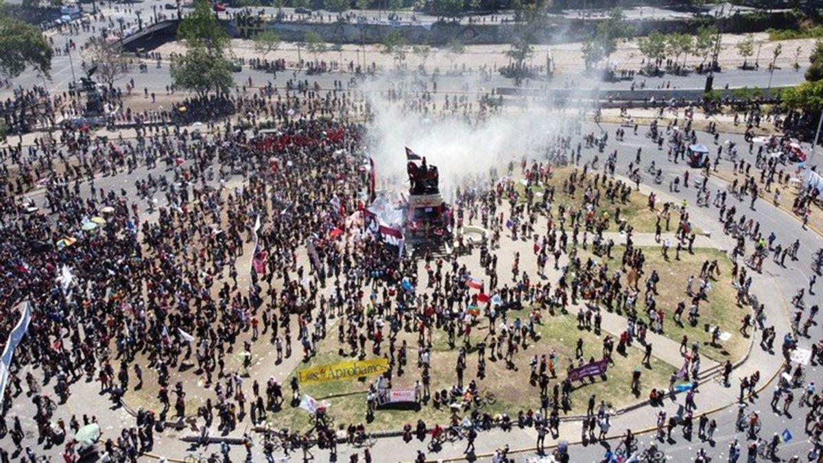 Miles de manifestantes chilenos en la Plaza Italia de Santiago este domingo.