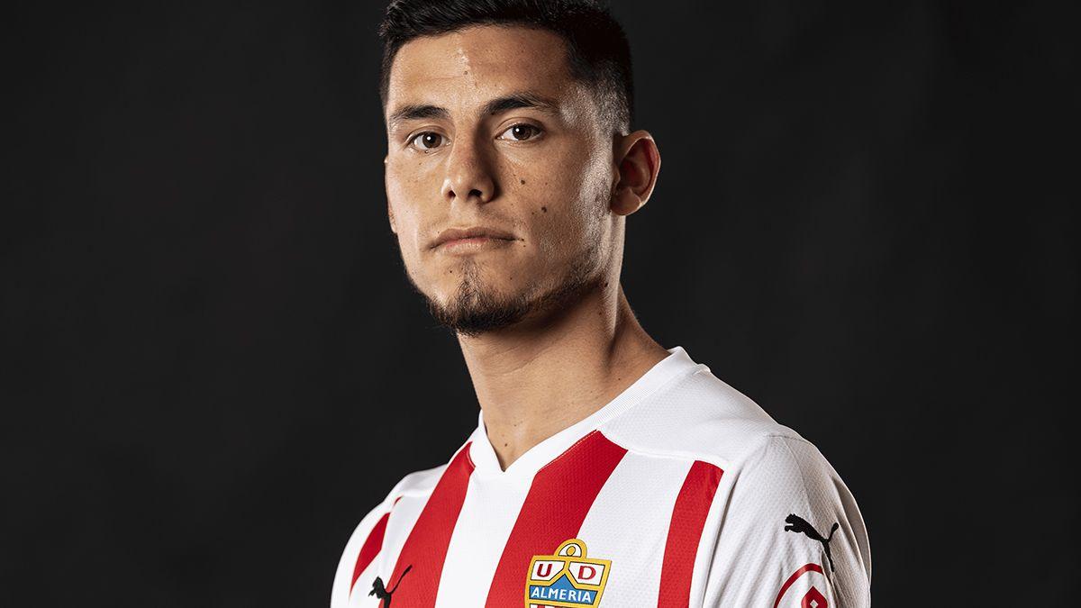 Lucas Robertone fue presentado como nuevo jugador del Almería de España.