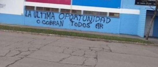 Las pintadas en la fachada del club Atlético de Rafaela aparecieron en las primeras horas de este sábado.